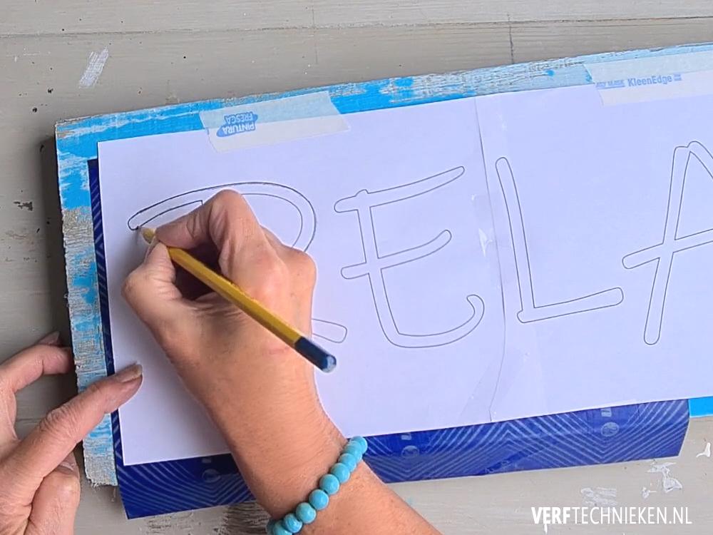 Tekstbord maken, tekst overtrekken met carbonpapier