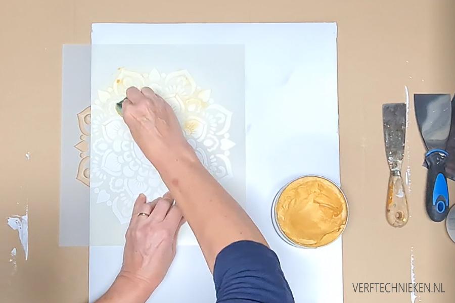 Mandala stencil met metallic wax gold