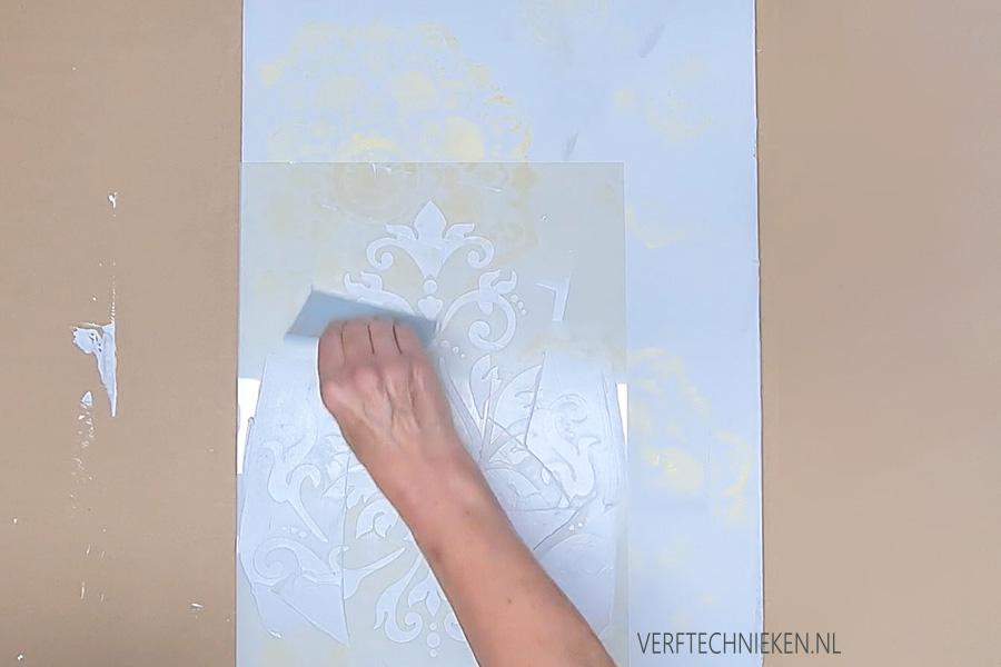 Stencil aanbrengen met stucco