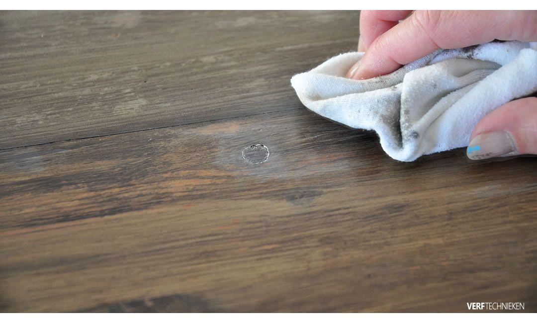 Verniswas voor het vergrijzen van houten meubels