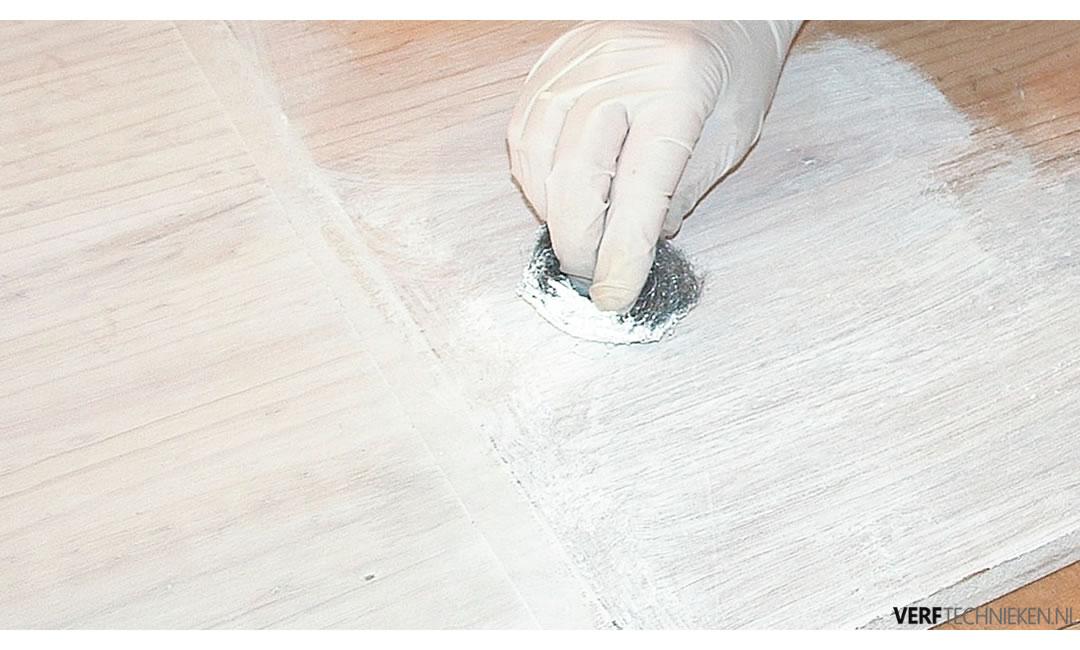 Kalkwas aanbrengen op hout