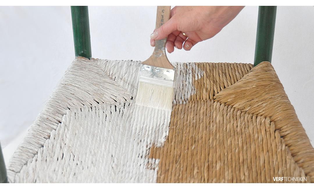 Whitewash met krijtverf op een rieten stoel